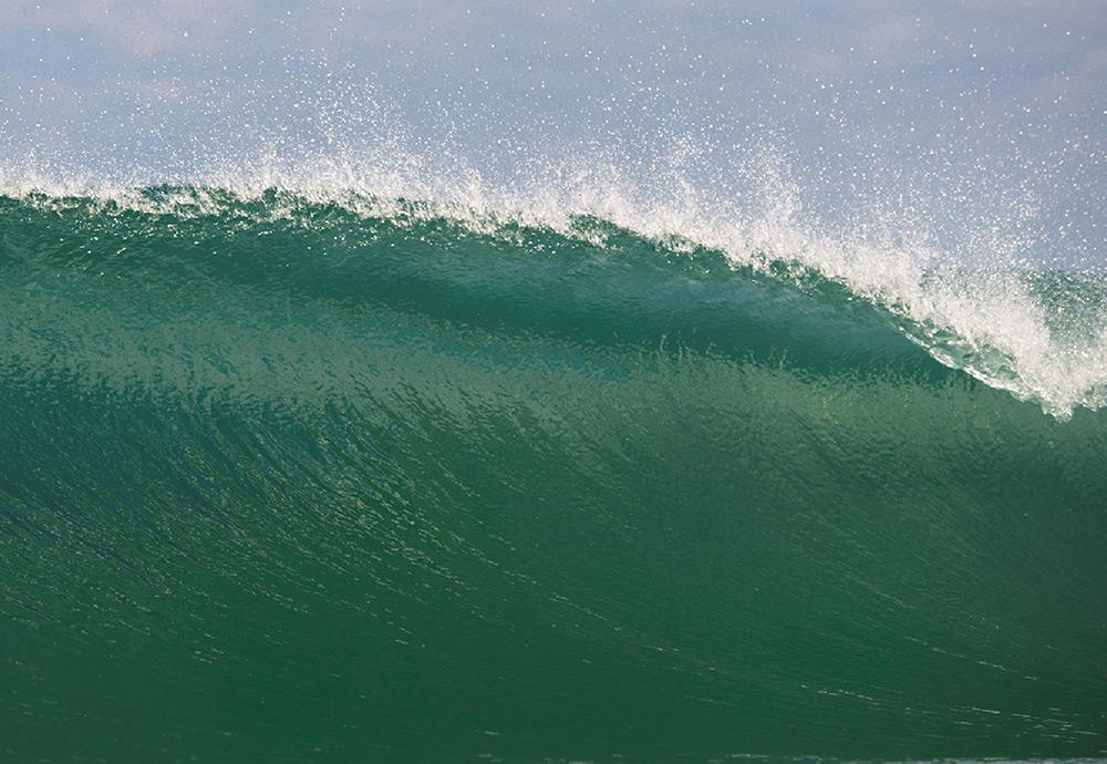 Une vague glassy vierge de tout surfeur