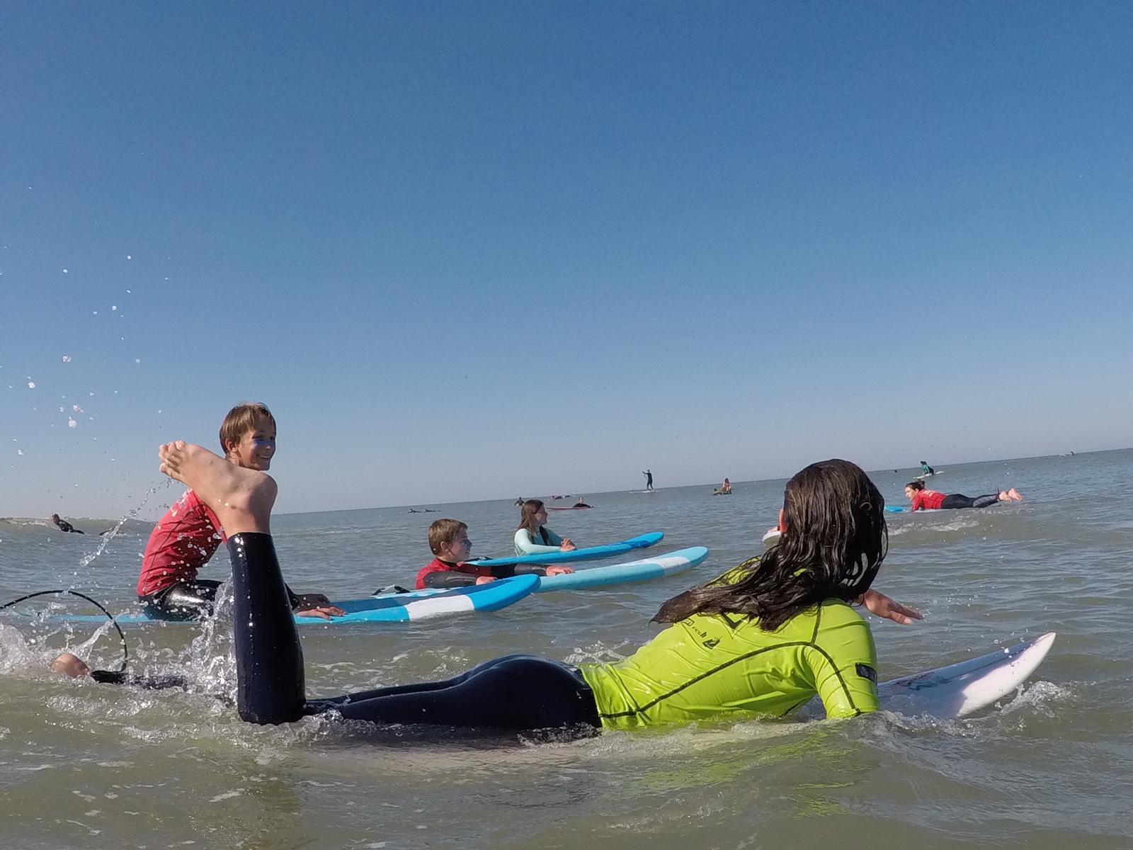 Adhérents du Club de Surf devant l'école de surf