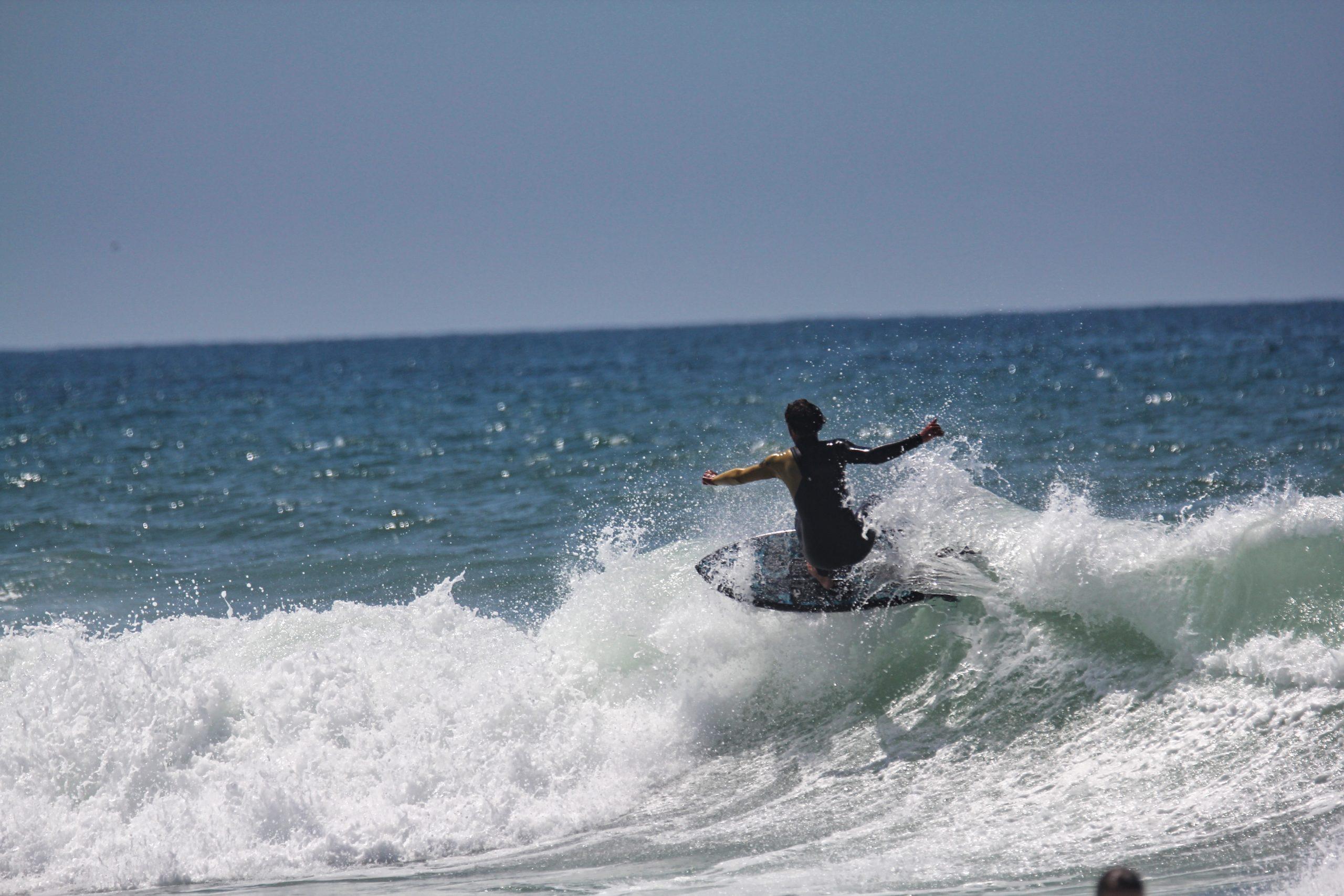 Surfeur du Lacanau Surf Club sur une vague